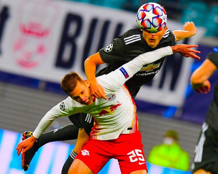Nemanja Matic (negro) del Manchester United disputa el balón con el español Dani Olmo (blanco) del RB Leipzig, durante un partido del Grupo H de la UEFA Champions League entre el Leipzig y el Manchester United, en Leipzig (Alemania). EFE/Filip Singer