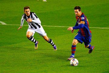 El delantero argentino del FC Barcelona, Leo Messi (d), conduce el balón ante el centrocampista del Levante, Jorge de Frutos, durante el encuentro correspondiente a la jornada decimotercera de primera división disputado esta noche en el estadio del Camp Nou, en Barcelona. EFE / Toni Albir.