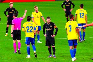 l delantero argentino del Barcelona FC, Lionel Messi (c) rodeado de jugadores del Cádiz, durante el partido de LaLiga que enfrenta al Cádiz CF y al Barcelona CF este sábado en el estadio Ramón de Carranza. EFE