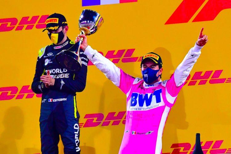 El piloto mexicano ganador de Fórmula 1 Sergio Pérez de BWT Racing Point (R) y el segundo clasificado piloto de Fórmula Uno francés Esteban Ocon de Renault (L) celebran en el podio después del Gran Premio de Sakhir de Fórmula Uno 2020 en el Circuito Internacional de Bahrein cerca de Manama, Bahrein, 06 Diciembre 2020. (Fórmula Uno, Bahrein) EFE / EPA / Giuseppe Cacace / Pool