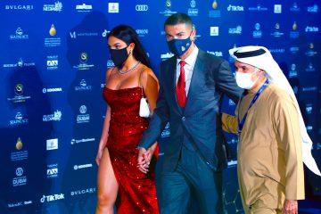 La modelo argentina Georgina Rodríguez (i), su novio Cristiano Ronaldo (c), jugador de la Juventus, y el secretario general del Consejo de Deportes de Dubai, Saeed Hareb (d), llegan a la ceremonia de entrega de premios de la Dubai Football Gala y Globe Soccer Awards de 2020, en la 15a edición dela Conferencia Internacional de Deportes en el Armani Luxury Hotel en Dubai, Emiratos Árabes Unidos, 27 de diciembre de 2020. EFE / ALI HAIDER