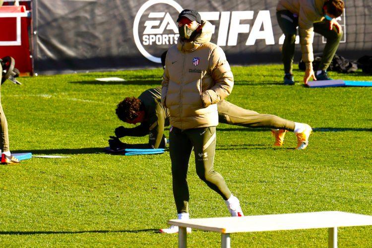 El entrenador del Atlético de Madrid, Diego Simeone, dirige el entrenamiento de su equipo en la ciudad deportiva Wanda en Majadahonda EFE/Chema Moya