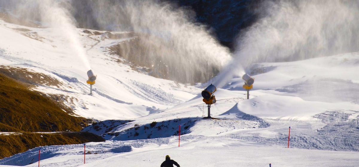 Cañones de nieve y entusiastas del esquí, en Arosa, Suiza, 29 de noviembre de 2020. Las estaciones de esquí en Suiza están abiertas a pesar de la pandemia del coronavirus Covid-19 con estrictas medidas de seguridad. EFE / GIAN EHRENZELLER