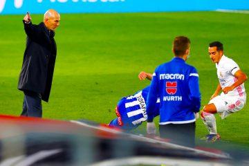 El entrenador del Real Madrid, Zinedine Zidane (i), durante el partido de Liga en Primera División ante el Alavés en el estadio Alfredo Di Stéfano, en Madrid. EFE/Chema Moya