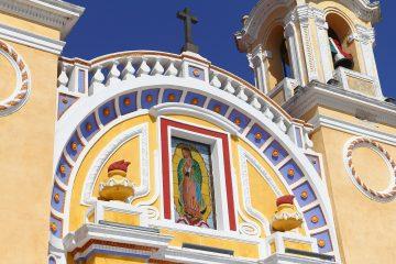 Solo pequeños grupos de fieles se asomaron a las verjas para orar lo más cerca posible de la Guadalupe ante el nerviosismo de policías que rogaban por que se mantuviera la sana distancia. (Dreamstime)