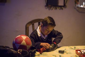 Gonzalo, un niño de 10 años imaginativo y tenaz se enfrenta a la tarea más difícil de su vida: llegar al colegio con los zapatos limpios.