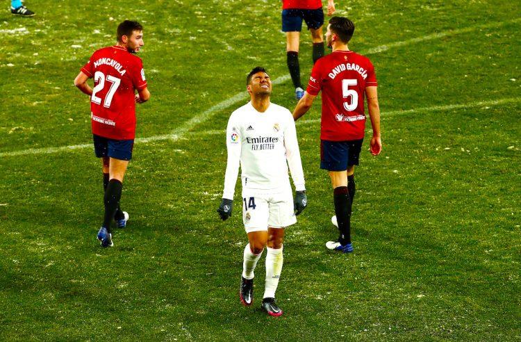 El centrocampista del Real Madrid Carlos Casemiro (c) se lamenta tras una ocasión fallada ante Osasuna, durante el partido de Liga en Primera División que disputan esta noche en el estadio de El Sadar, en Pamplona. EFE/Jesús Diges