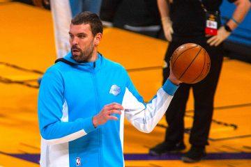 Marc Gasol de Los Ángeles Lakers calienta hoy, en un partido de la NBA, entre los Ángeles Lakers y los San Antonio Spurs, en el Staples Center de Los Ángeles, California (EEUU). EFE