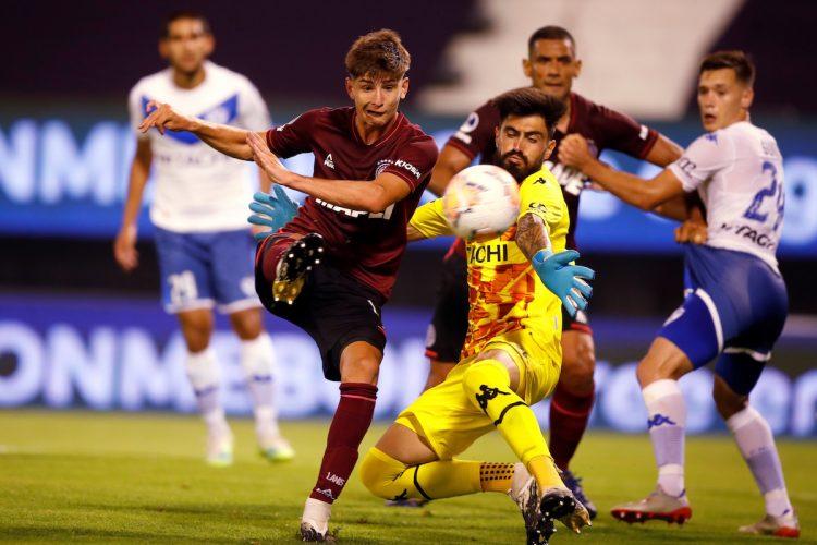 Tomas Belmonte (iz) from Lanus disputes a ball against Lucas Hoyos (C) and Lautaro Gianetti (dere)durante un encuentro por lag Copa Sudamericana. EFE