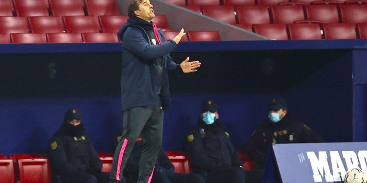 El entrenador del Sevilla FC Julen Lopetegui durante el partido aplazado de la primera jornada de Liga en Primera División que Atlético de Madrid y Sevilla FC juegan hoy martes en el estadio Wanda Metropolitano, en Madrid. EFE