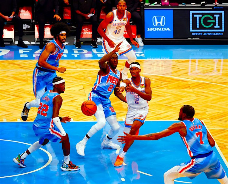 Partido de los Oklahoma City Thunder y el guard Shai Gilgeous-Alexander de Canada (C) en un partido de la NBA. EFE