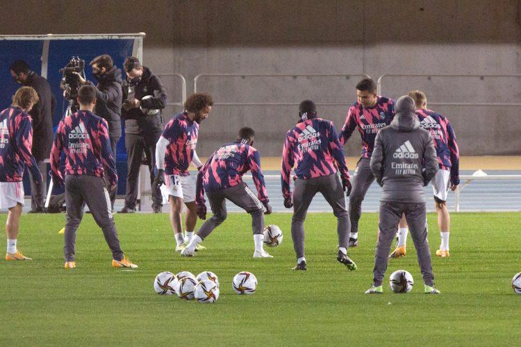Los jugadores del Real Madrid durante su entrenamiento en el estadio Ciudad de Málaga preparatorio para el próximo jueves, que jugarán en la capital malagueña la semifinal de la Supercopa de España ante el Athletic Club de Bilbao. EFE/¡lvaro Cabrera