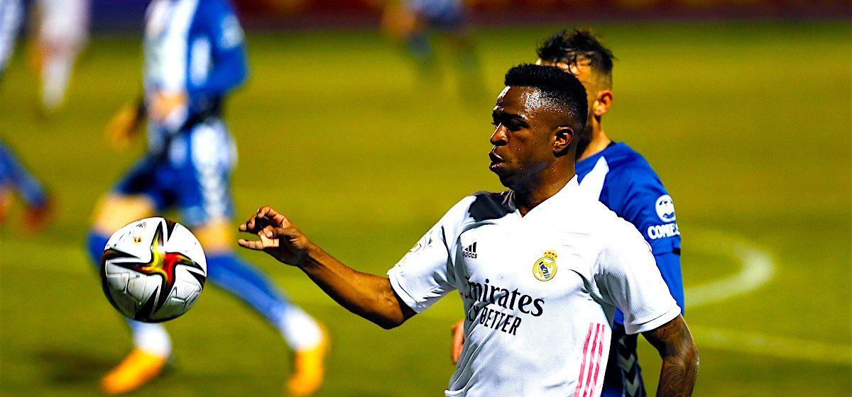 El delantero brasileño del Real Madrid Vinícius Jr controla un balón durante el partido de dieciseisavos de final de la Copa del Rey ante el Alcoyano, celebrado este miércoles en el estadio El Collao, en Alcoy (Alicante). EFE