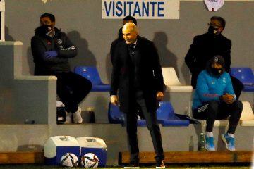 El entrenador del Real Madrid Zinedine Zidane durante el partido de dieciseisavos de final de la Copa del Rey que Alcoyano y Real Madrid en el estadio El Collao, en Alcoy (Alicante). EFE/ Manuel Lorenzo