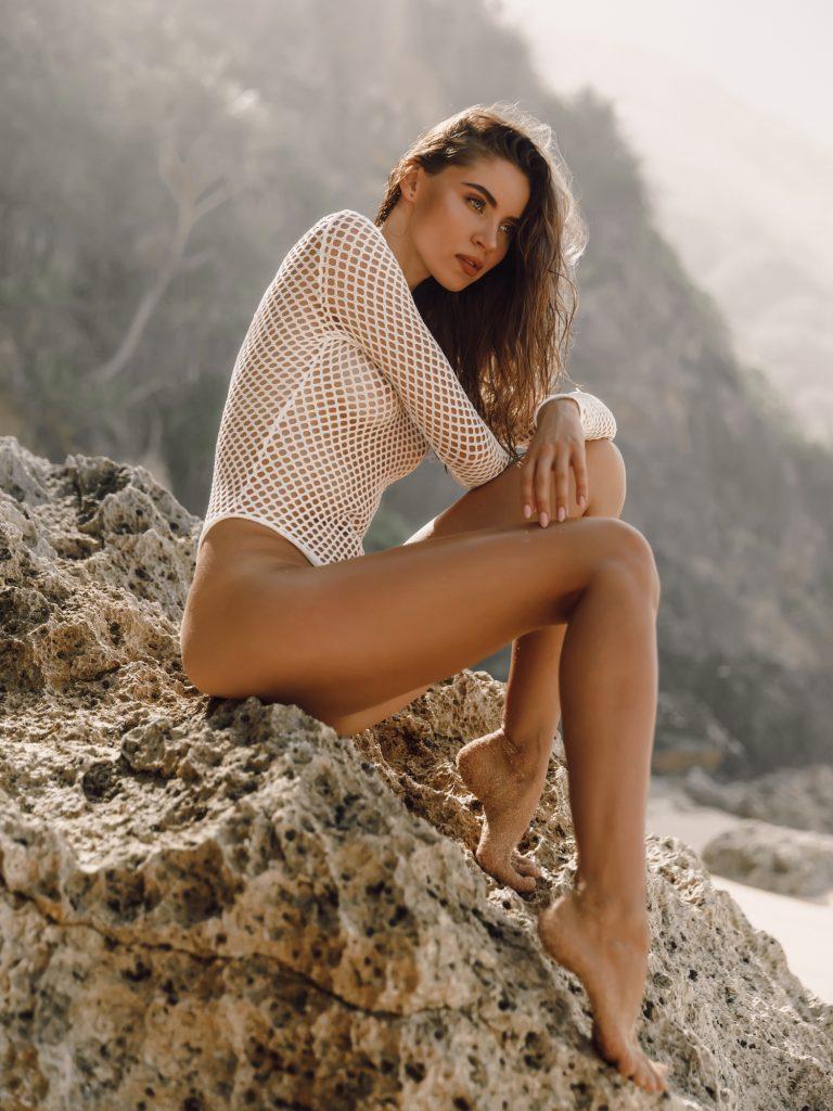 dreamstime_m_168595906-768x1024 Teresa, sola en la playa