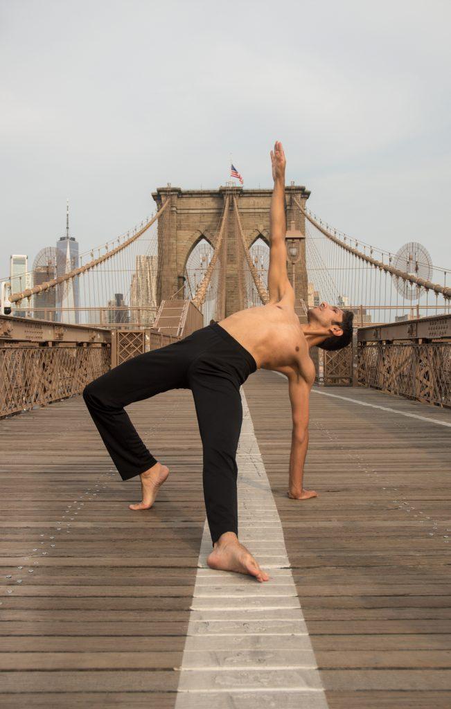 Brooklyn-Bridge-Photoshoot-by-Joshua-Ramos-3-651x1024 Glauco Araujo, el bailarín brasileño que conquista New York