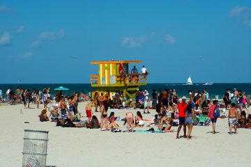 """Este mañana Ocean Drive, una calle icónica de Miami Beach con edificios estilo art déco y el sitio de juerga preferido de los llamados """"spring breakers"""", estaba tranquila.  (Dreamstime)"""