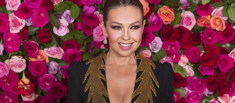 En su portada, la cantante está vestida con una armadura dorada, una corona de diamantes, rosas rojas, perlas y con el corazón afuera (Dreamstime)