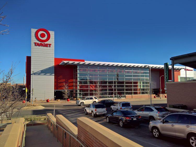 """Los 340.000 trabajadores de tiendas, centros de distribución y sedes de Target en EE.UU. podrán acceder desde """"el primer día de trabajo"""" a unos 250 planes de estudio relacionados con su negocio, en ramas como administración de empresas, tecnologías de la información o diseño. (Dreamstime)"""