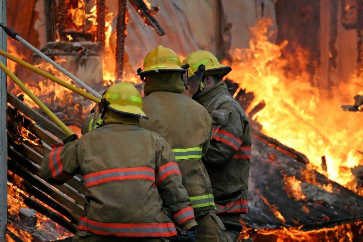 Según el último reporte, las llamas se están acercando a Kyburz, una pequeña comunidad de unos 200 habitantes. (Dreamstime)